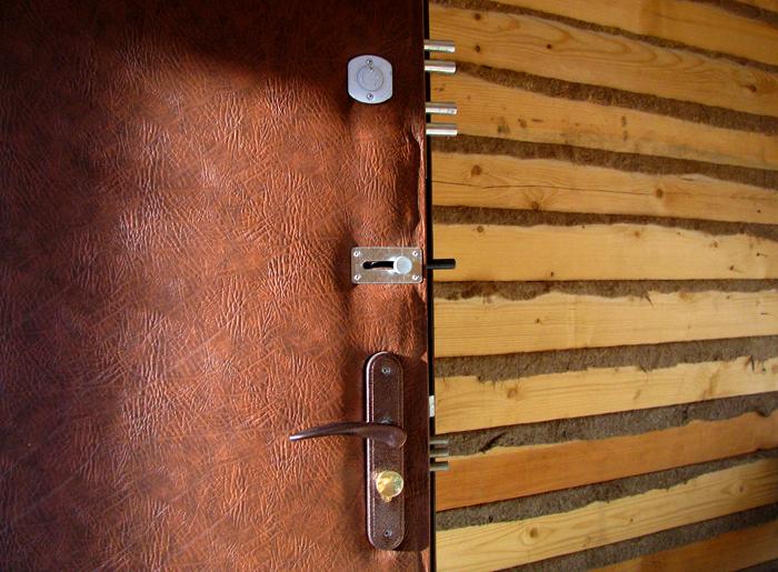 установка металлических дверей дешево на дачу