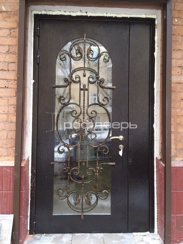 входные двери с остеклением и ковкой