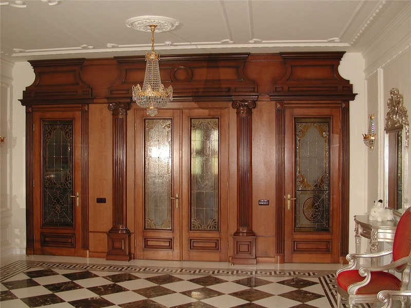 входные металлические двери со стеклом и ковкой в классическом стиле
