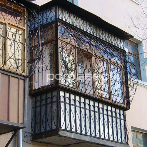 Кованая решетка для остекленного балкона - фото выполненной .