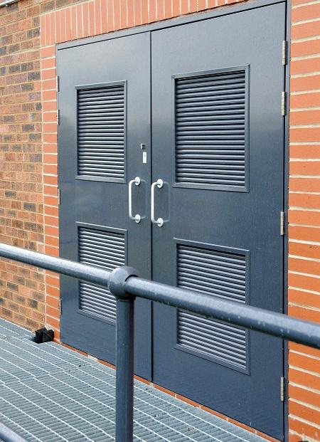 металлические входные двери с вентиляционной решеткой