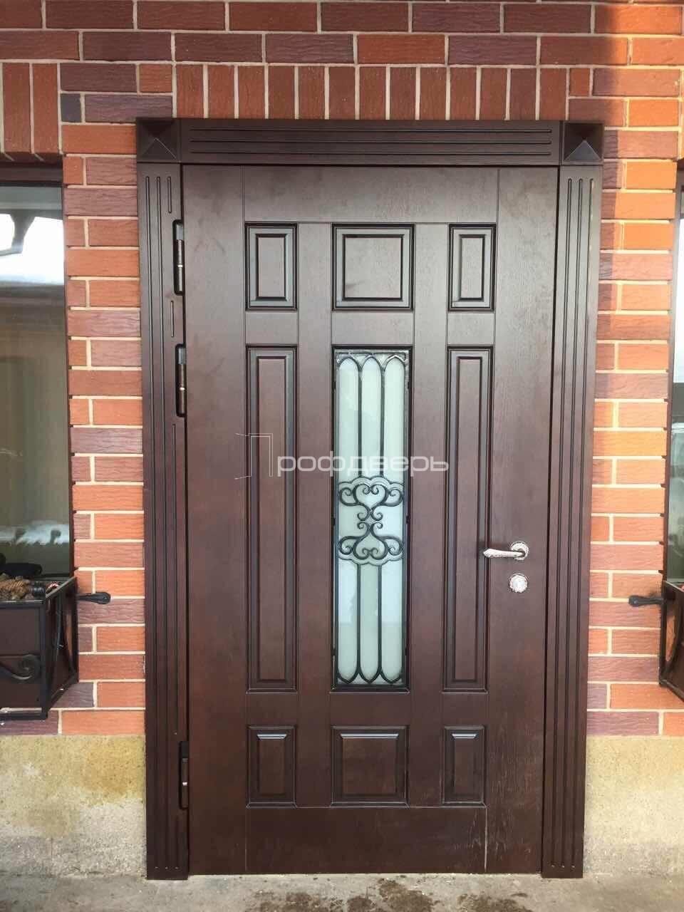 входная дверь для коттеджа со стеклом и ковкой